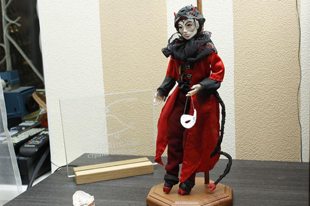 Всего на выставке представлено около 20 кукол.