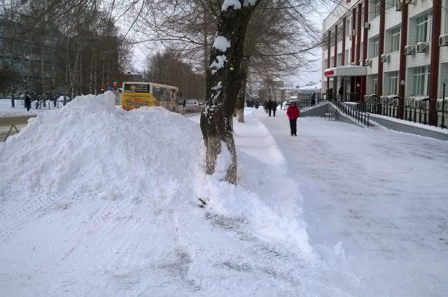 Под снегом могут скрываться опасные предметы.
