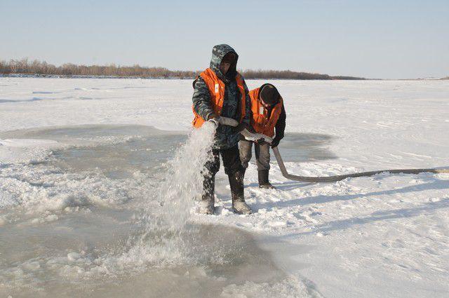 Для укрепления льда и безопасности людей в лёд будет намораживаться сетка.