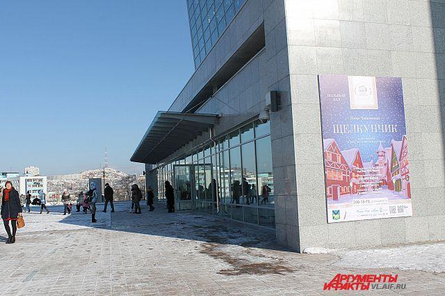 Холод не останавливает ценителей прекрасного и они каждый день с надеждой приходят в кассы театра оперы и балета.