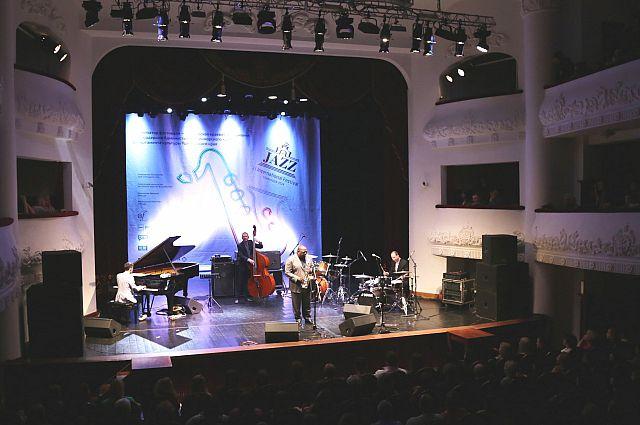 На сцене Приморской филармонии - выступление джаз-банд.