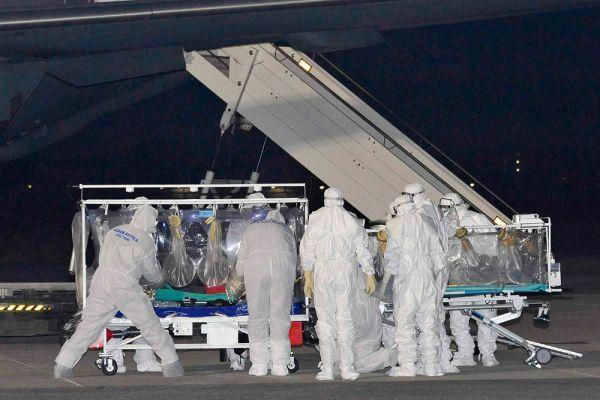 И врачи, борющиеся с вирусом Эбола.