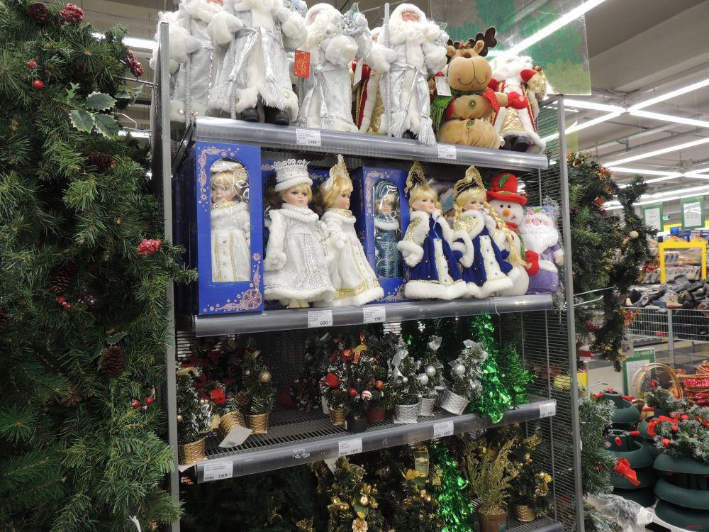 Вместо обычной куколки ребенку можно подарить Снегурочку или Деда Мороза.