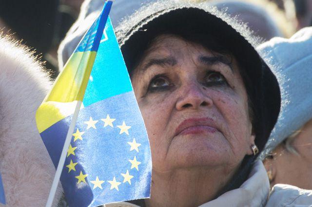 Участница акции сторонников евроинтеграции Украины на площади Независимости в Киеве.
