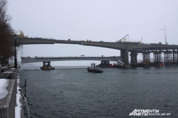 На двух сохогрузных баржах специалисты выкатили укрупнённый блок на воду и выставили его по руслу реки.
