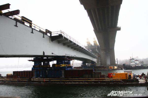 Длина центральной мостовой конструкции 130 метров, вес 880 тонн.