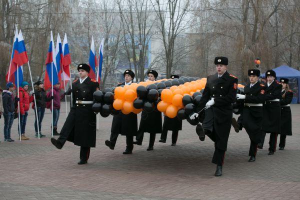 Поскольку российский день героев России практически совпадает по времени с имперским днём Георгиевских Кавалеров, который отмечался в России 7 декабря до 1917 года, основными цветами праздника являются цвета георгиевской ленты.
