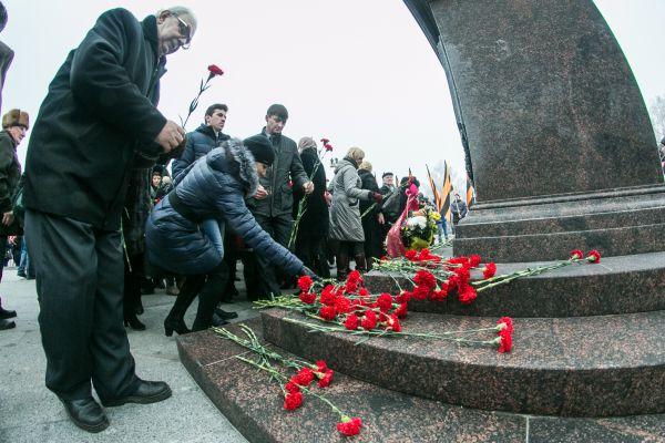 Жители Брянска возложили цветы к подножию памятной стеллы.