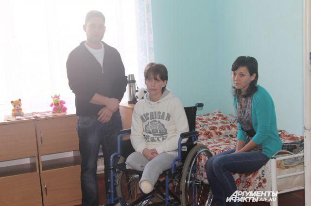 У молодой девушки Любы снарядом убило родителей, она выжила, став инвалидом.