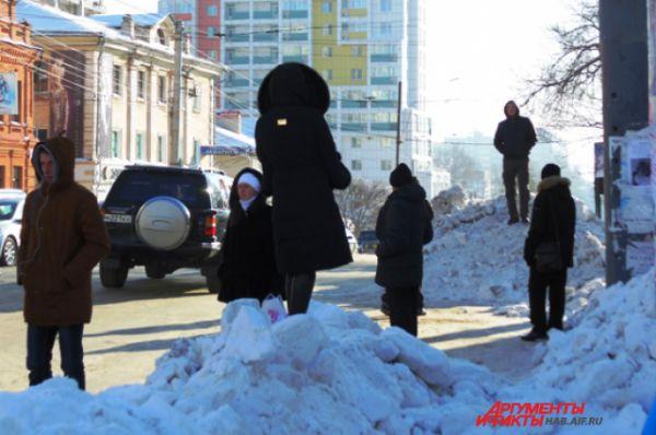 Горожане используют возвышенности для высматривания трамвая на остановке по Муравьева-Амурского