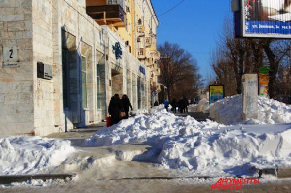 Прямые до этого улицы покрылись ступеньками из недоубранного с брусчатки снега, поэтому путешествие по ним превратилось в ходьбу с препятствиями.