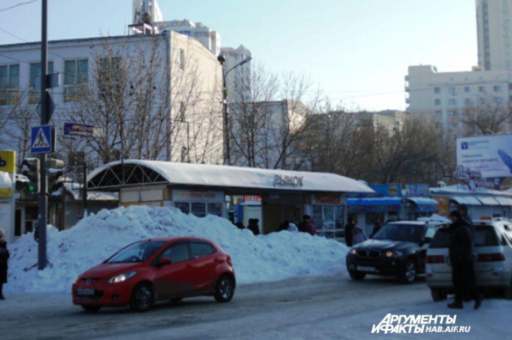 Остановка автобуса на Центральном рынке. Раньше там была стоянка такси и место, куда машина привозила хлеб для киоска. Сейчас это огромные снежные горы с небольшим ущельем для пассажиров автобуса