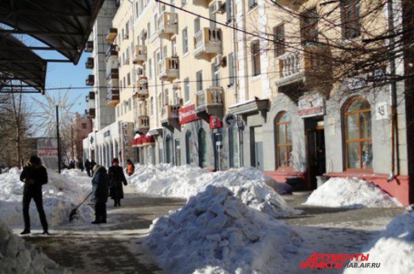 Внезапные кучи заботливо собранного дворниками снега украшают тротуары по всей красной линии
