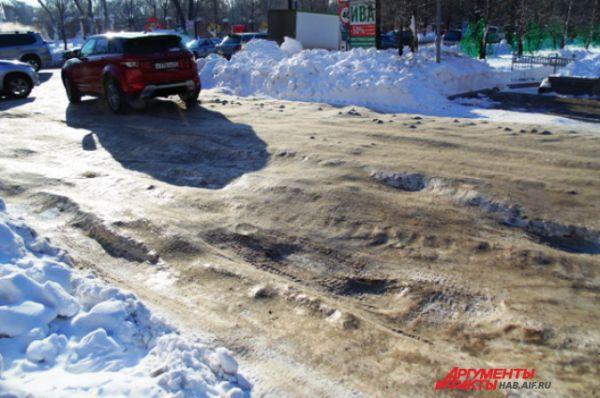 Въезд на улицу Гайдара, как и все маленькие боковые улочки, состоит из очень скользкого наката, ям и холмов. Местами покрыт каплями чьей-то крови.
