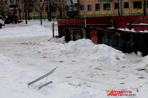 Коммунальщикам давно велели освободить подъезды к мусорным контейнерам. Это - территория УК «Амурлифт»