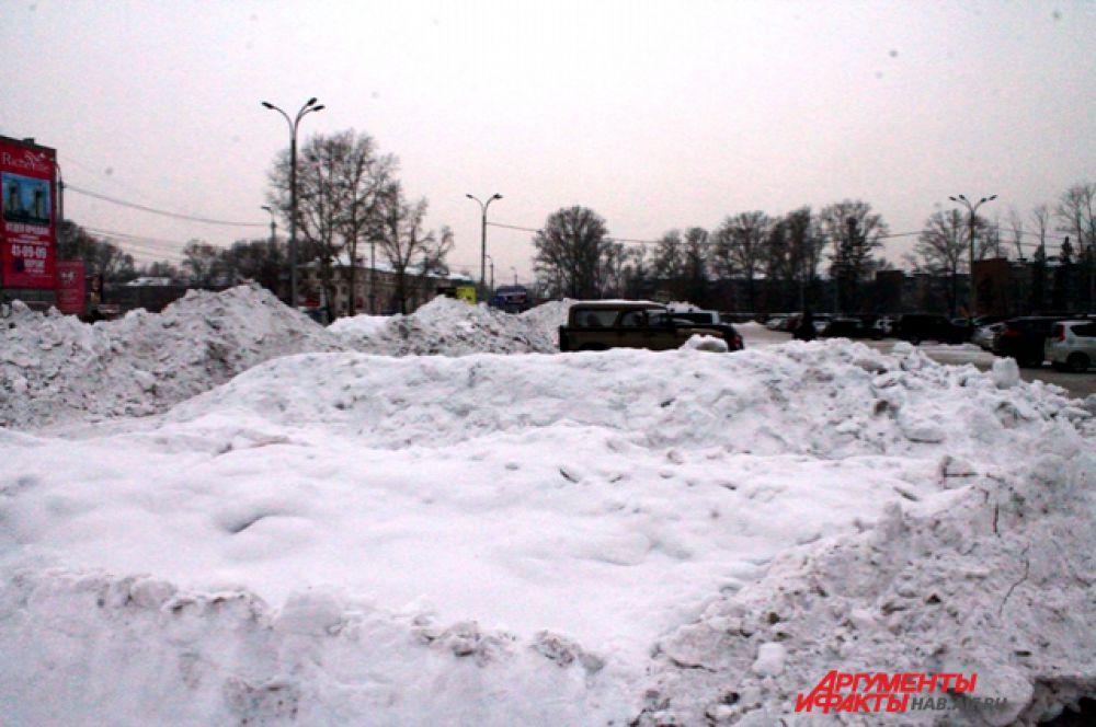 Часть парковки у торгового центра