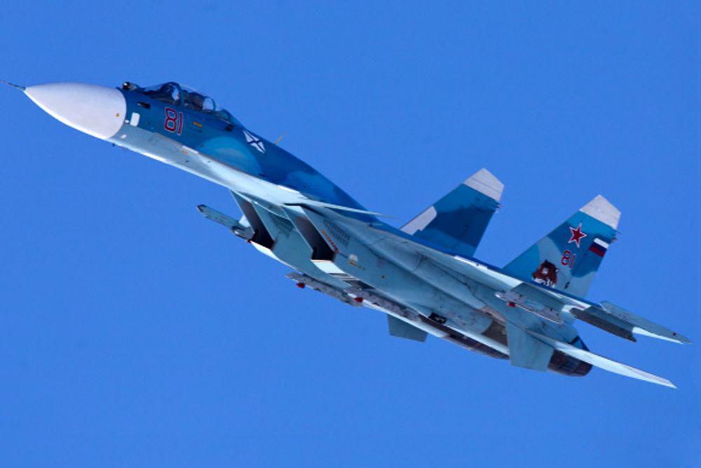 Самолет Су-33 - одноместный корабельный истребитель трамплинного взлета и аэрофинишерной посадки, со складыванием крыла и горизонтального оперения (для ангарного хранения); оборудован системой дозаправки и передачи топлива в полете. Су-33 предназначен для обороны кораблей ВМФ от средств воздушного нападения противника.