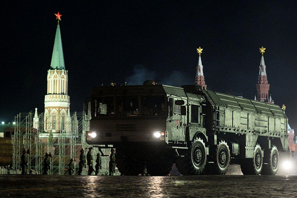 Оперативно-тактический ракетный комплекс  «Искандер-М» – головная боль всех стран НАТО и прочих потенциальных врагов России. По уровню достигнутых боевых характеристик «Искандер-М» не имеет аналогов в мире и является оружием XXI века. Ракетный комплекс способен поразить цель на расстоянии до 500 километров, является высокоманевренным и может перебрасываться любым видом транспорта. ОТРК может быть оснащен разными типами ракет - крылатыми и баллистическими. Боевое применение комплекса «Искандер-М» возможно в температурном диапазоне от +50 до -50 градусов по Цельсию.