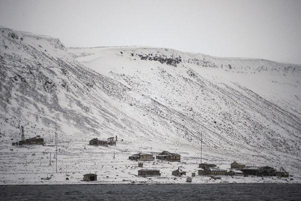 Несомненно, Россия хочет доминировать в Арктике, а для этого ей будут нужны базы. Уже сегодня известно, что из-за растущего интереса к региону со стороны НАТО возрождаются пришедшие в упадок старые советские базы. Уже подготовлен аэродром на архипелаге Новая земля, который способен принять боевые самолеты, а часть Северного флота уже сделала острова своей базой. Это еще не все. Россия создаст в Арктике сеть арктических баз, на которых на постоянной основе разместит подлодки и надводные корабли.
