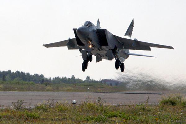Россия стремительно наращивает силы в Арктике, пытаясь упрочить свои претензии на этот холодный регион. Ожидается, что в 2017 году на арктических базах разместятся истребители-перехватчики дальнего радиуса действия, способные летать почти втрое быстрее скорости звука, МиГ-31.