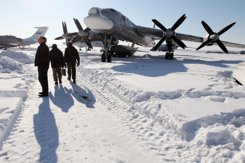 Помимо истребителей Россия начала размещать в регионе стратегические бомбардировщики Ту-95, способные нести ядерное оружие. Теперь они патрулируют эти отдаленные и безлюдные края. Интенсивность полетов в арктической зоне экипажей стратегических ракетоносцев Ту-95МС увеличилась в текущем году почти в три раза.