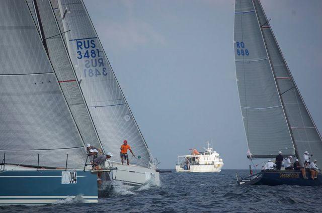 Непосредственно в день рождения короля «страны улыбок», 5 декабря, организаторы проводят так называемый «сейл пасс» - торжественное прохождение всех яхт, участвующих в гонках, мимо парадного строя кораблей ВМФ страны.