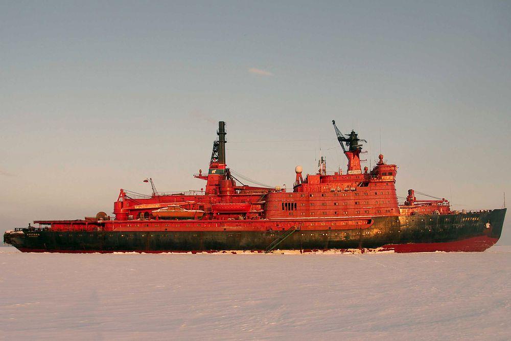 Чтобы эффективно действовать на Дальнем Севере, Россия вкладываетсредства в новые атомные ледоколы — самые большие в истории, способные проламывать льды толщиной в 2,8 метра. В ближайшие годы к российскому гражданскому флоту присоединятся три таких гиганта, получившие названия «Арктика», «Сибирь» и «Урал». Первый из них должен вступить в строй в 2017 году, последний — до 2021 года. Разумеется, они также будут иметь и военное назначение.