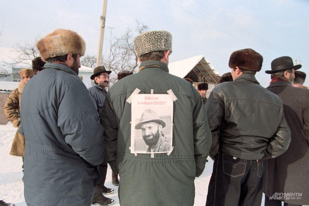 21 апреля 1996 года был перехвачен сигнал с телефона лидера боевиков Джохара Дудаева. Два штурмовика Су-25 поднялись в воздух и выпустили две ракеты по кортежу Дудаева, одна из которых попала в цель.