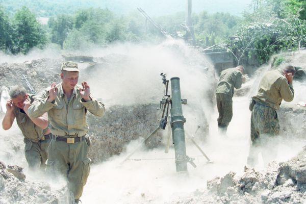 6 августа 1996 года отряды боевиков взяли приступом Грозный. Со стороны российского гарнизона погибло или пропало без вести порядка 2000 военнослужащих.