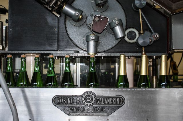 Технологи-шампанисты подбирают состав, готовят купажи.