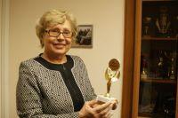 Студенты вручили Валентине Николаевне награду - «Мама факультета». И сын Валерий Фокин не забывает маму.