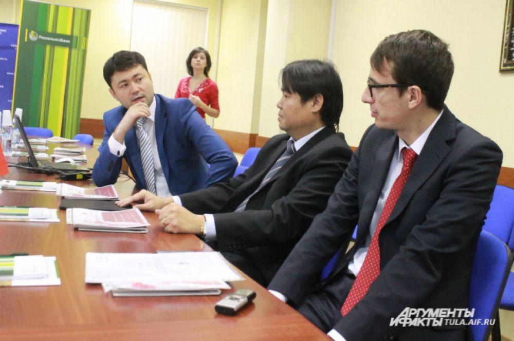 Заместитель директора тульского филиала Россельхозбанка  Даниял Сатаев представил участникам круглого стола потенциальных иностранных инвесторов.