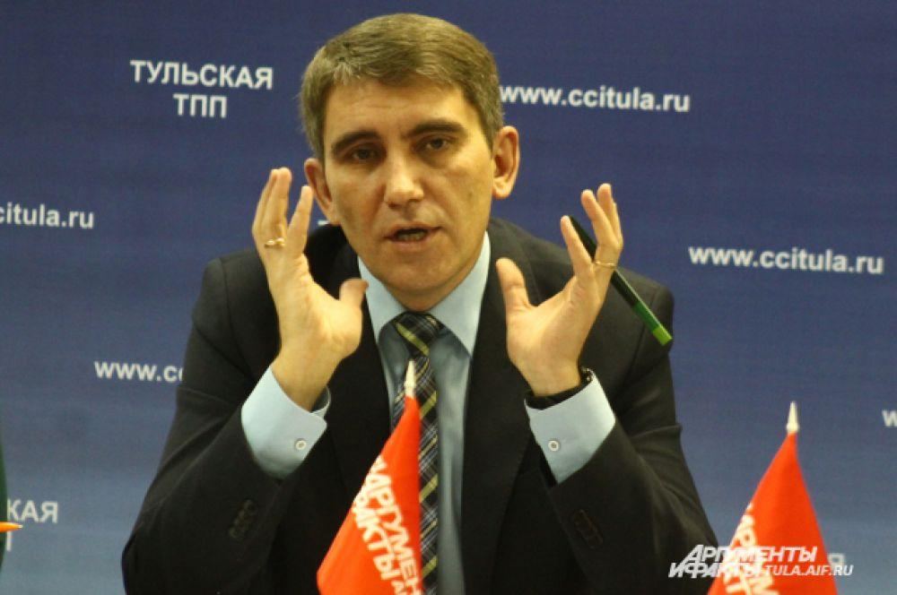 Министр сельского хозяйства Тульской области Дмитрий Миляев тут же обсуждал предложения руководителей сельхозпредприятий и возможности их решения.