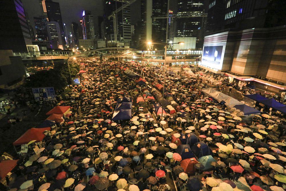 Гонконг. Здесь акции протеста начинались довольно мирно, их даже прозвали революцией зонтиков. Люди просто собирались в деловом центре города, протестуя против решения властей Китая о планируемой реформе избирательной системы на предстоящих в 2017 году в Гонконге выборах исполнительной власти.