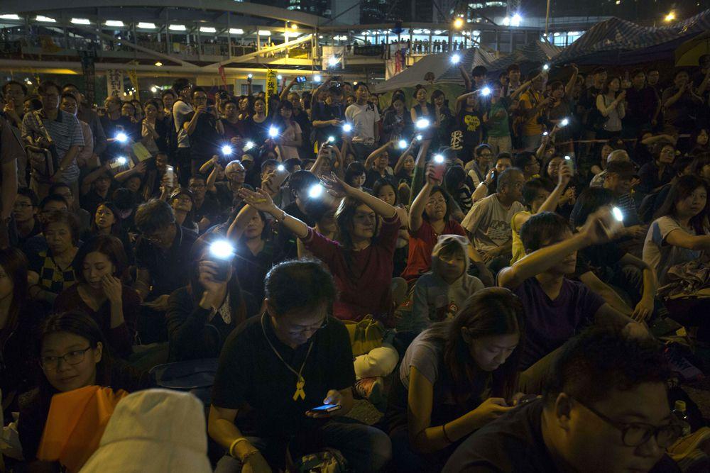 За акцией с зонтиками в Гонконге последовал массовый сидячий протест. Довольно долго негодование жителей мегаполиса так и протекало в мирной форме. Но уже в ноябре начались стычки с полицией, а в декабре протестующих на улицах города не осталось.