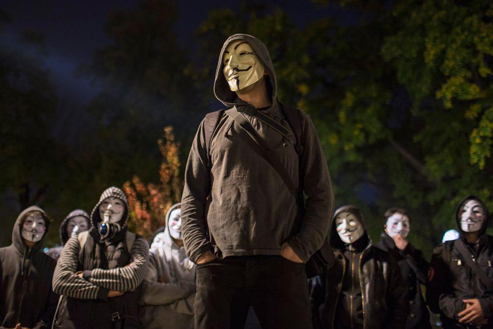 Почти в 500 городах по всему миру: Камбодже, Чили, Канаде, США и Мексике прошли оппозиционные «Марши миллиона масок». Их участники прошлись по улицам в масках Гая Фокса. Эта маска уже стала одним из ключевых символов протеста и борьбы с властью. Организатором демонстраций называется движение Anonymous.