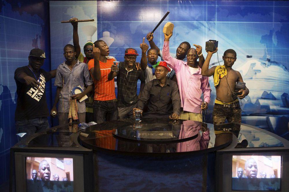 Антиправительственные демонстрации в Буркина-Фасо не отличались ничем особенным от других акции протеста во всем мире: драки, кровь, боль, слезы. Так бы и остались эти протесты в истории, если бы не демонстранты, которые ворвались в студию государственного телеканала и не рассказали в подробностях, почему действующий президент страны нехороший человек. Подействовало – глава государства Блэз Компаоре, который пришел к власти в 1987 году в результате военного переворота, объявил об отставке.