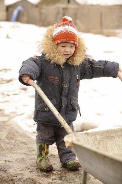 Детям фотографа в деревне очень нравится.