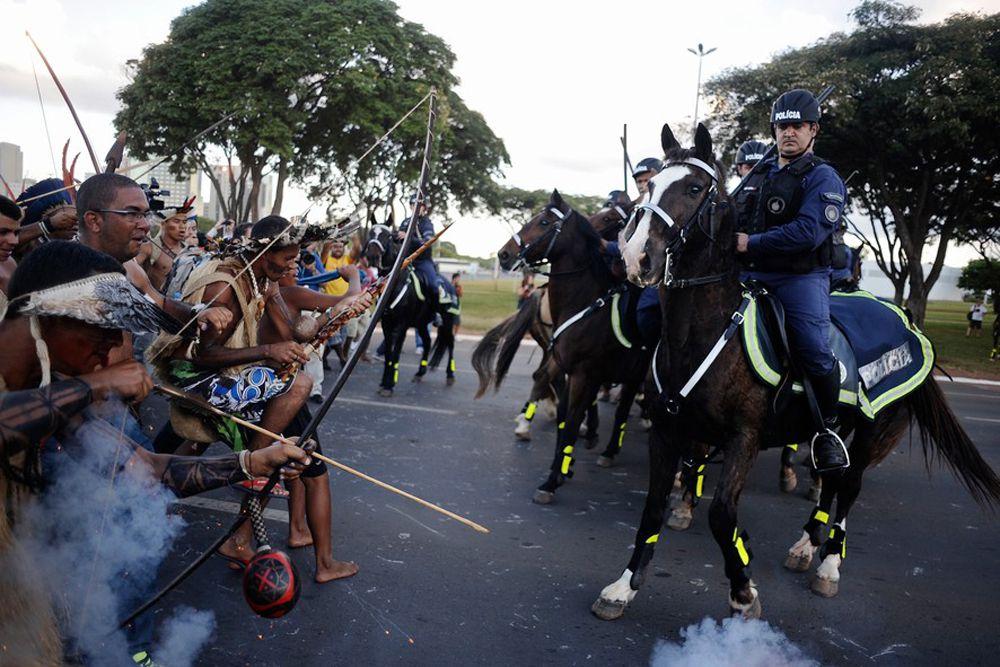 Летом 2014 года в Бразилии прошел чемпионат мира по футболу. Казалось бы, замечательное событие, но нет – акции протеста просто захлестнули страну. Люди негодовали от непомерных трат на строительство инфраструктуры, в то время, когда большая часть страны живет за чертой бедности. Даже представители коренного населения Бразилии в национальных костюмах вышли на улицы городов. Как итог – один из полицейских был ранен в ногу стрелой.
