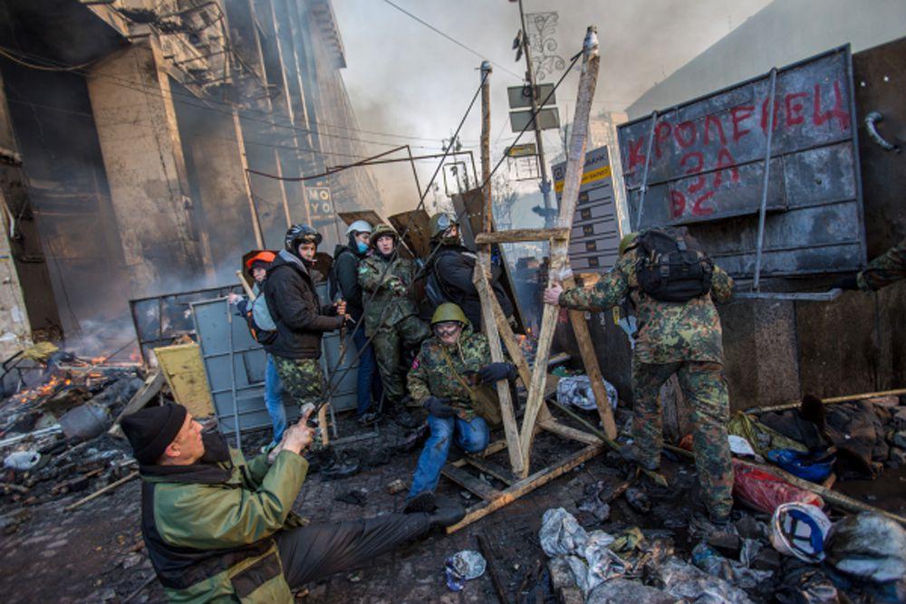 Начинался 2014 год с банального мордобоя в Киеве. Но скоро противникам власти президента Януковича надоело просто забрасывать бойцов «Беркута» камнями, потому они решили подойти к этому вопросу нестандартно. А потому взяли и смастерили катапульту.