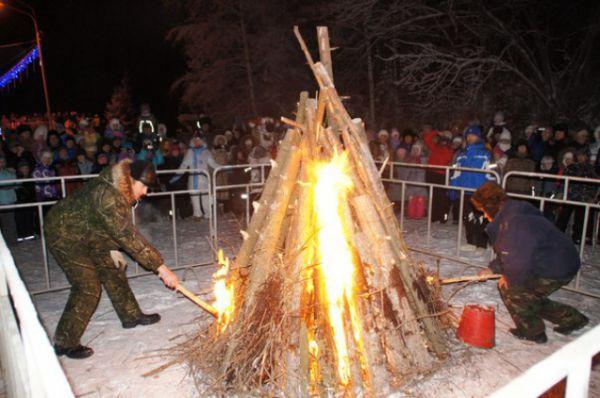 Наконец организаторы предложили всем пройти чуть дальше в лес, где специальные люди уже поджигали огромный костер.