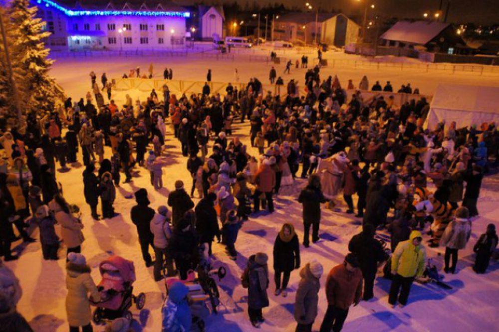 Тем временем народ в «Долину ручьев» всё пребывал. Волшебники водили хороводы и всячески развлекали жителей и гостей Ханты-Мансийска.
