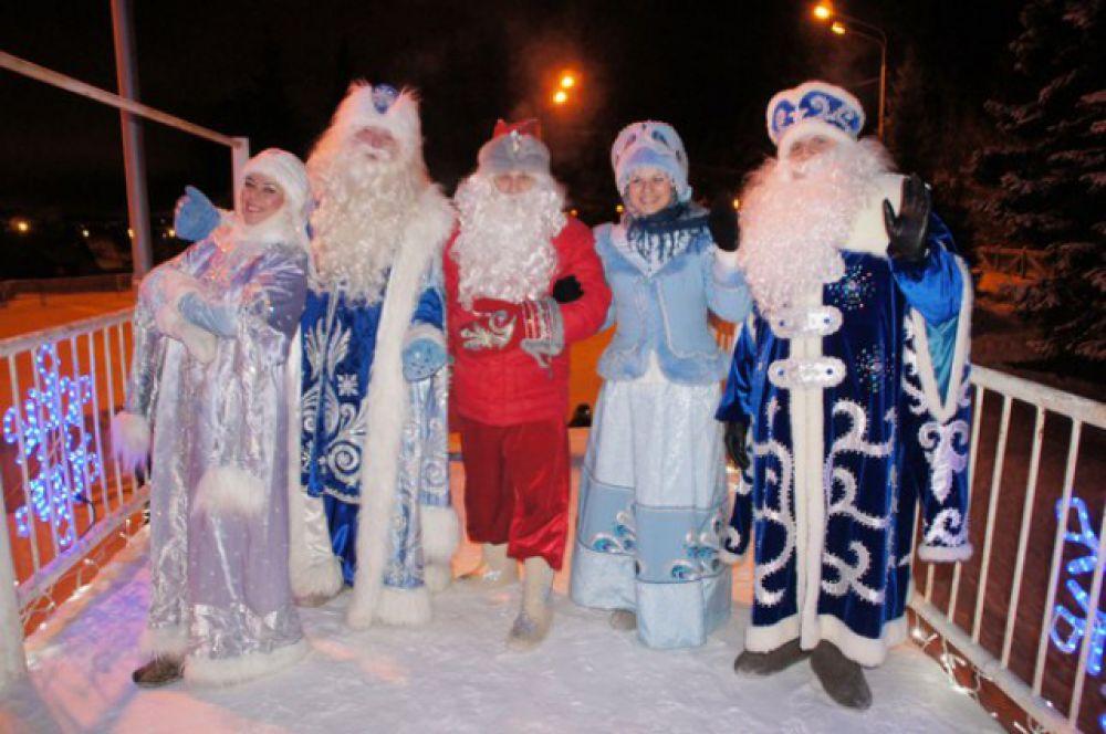 Вокруг царила дружеская атмосфера. Некоторые деды морозы старались всячески познакомиться со снегурочками «конкурентов».
