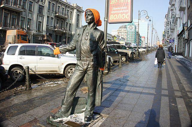 Памятник морячку Эдику.
