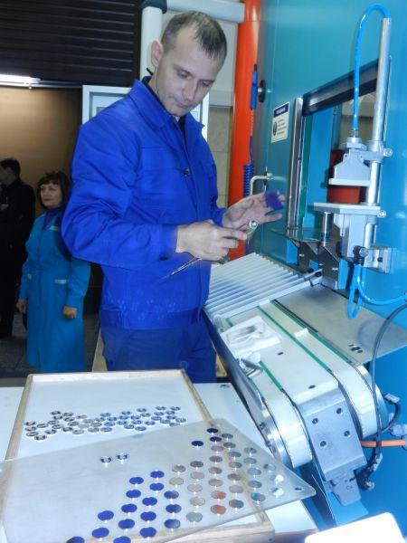 Андрей Мякишев - наладчик холодного штамповочного оборудования. Он - один из лучших чеканщиков. На Монетном дворе работает 21 год. Есть у мастера и свои секреты. Например… тряпочка, намотанная на руку. Она должна быть так подогнана, чтобы успеть снять ненароком севшую на монету пылинку… Говорит, что любит чеканить все монеты, но интереснее всего – большие.