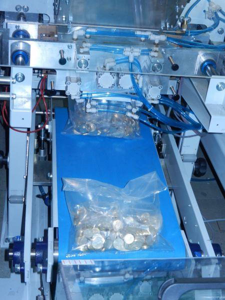 Затем жетончики специальные аппараты фасуют в пакеты и запечатывают. В таком виде они и попадают в кассы метрополитена.