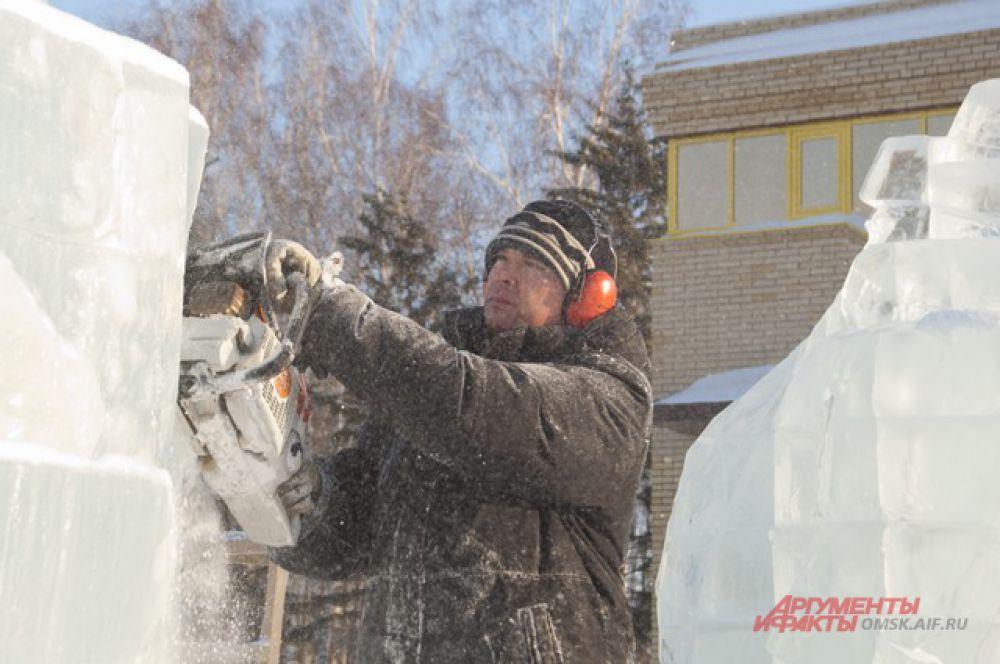 В Советском парке строят ледовый городок.