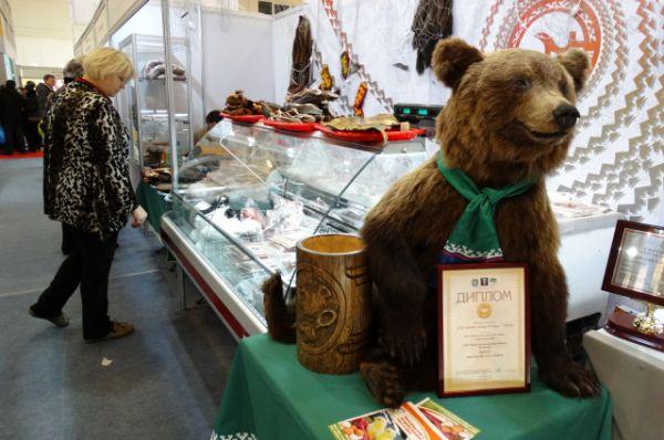 Чучело медведя встречает посетителей.