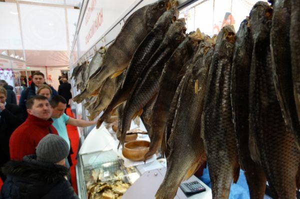 Гроздья вяленой рыбы.