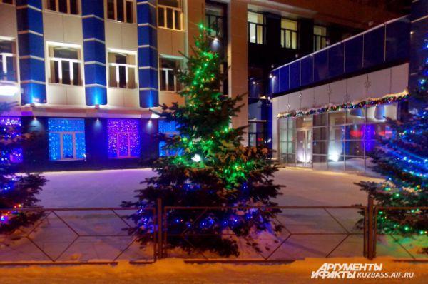 Лампочки разных цветов ярко освещают улицу.